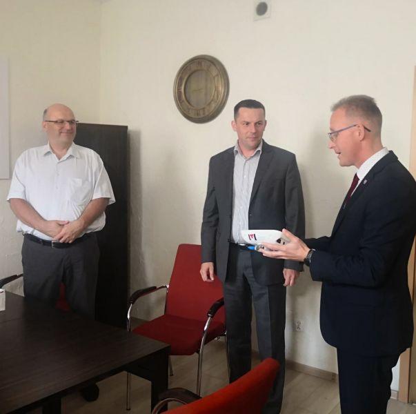 Zastępca prezydenta Gniezna Michał Powałowski przekazuje sprzęt na ręce dyrekcji Szpitala Pomnik Chrztu Polski.